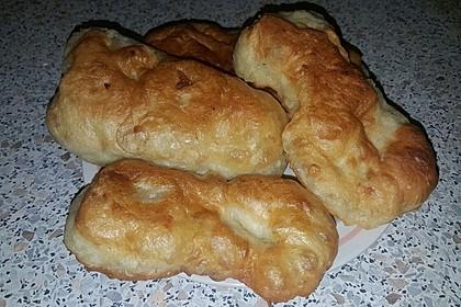 Ungarische Langos mit Knoblauchcreme und Käse 45