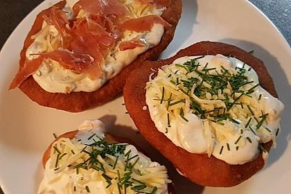 Ungarische Langos mit Knoblauchcreme und Käse 6