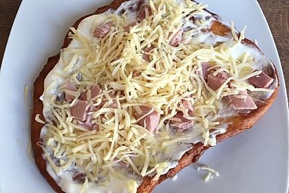 Ungarische Langos mit Knoblauchcreme und Käse 53