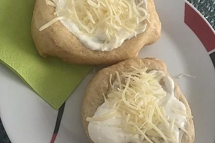 Ungarische Langos mit Knoblauchcreme und Käse 56
