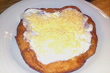 Ungarische Langos mit Knoblauchcreme und Käse 8