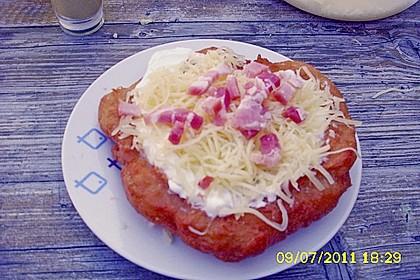 Ungarische Langos mit Knoblauchcreme und Käse 35