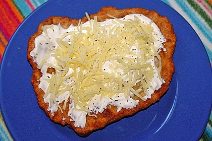 Ungarische Langos mit Knoblauchcreme und Käse 12