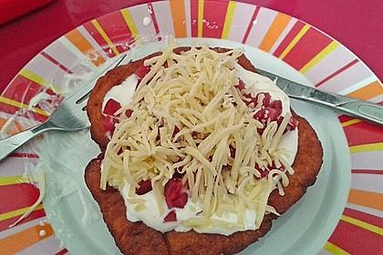 Ungarische Langos mit Knoblauchcreme und Käse 15