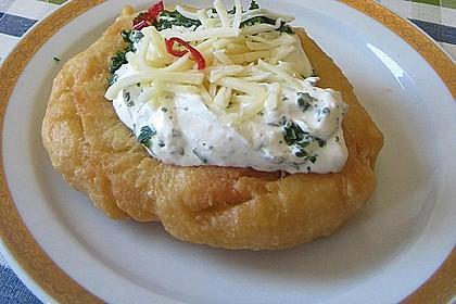 Ungarische Langos mit Knoblauchcreme und Käse 0