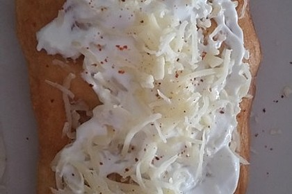 Ungarische Langos mit Knoblauchcreme und Käse 30