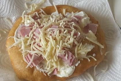 Ungarische Langos mit Knoblauchcreme und Käse 59