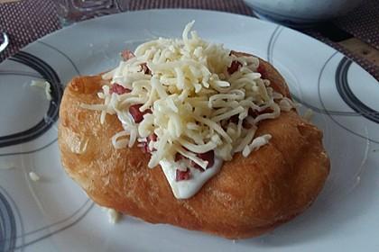 Ungarische Langos mit Knoblauchcreme und Käse 42