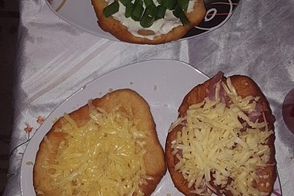 Ungarische Langos mit Knoblauchcreme und Käse 55