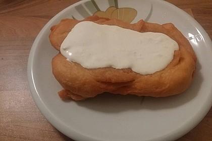 Ungarische Langos mit Knoblauchcreme und Käse 38