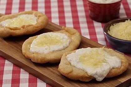 Ungarische Langos mit Knoblauchcreme und Käse 1