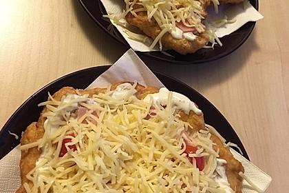 Ungarische Langos mit Knoblauchcreme und Käse 13