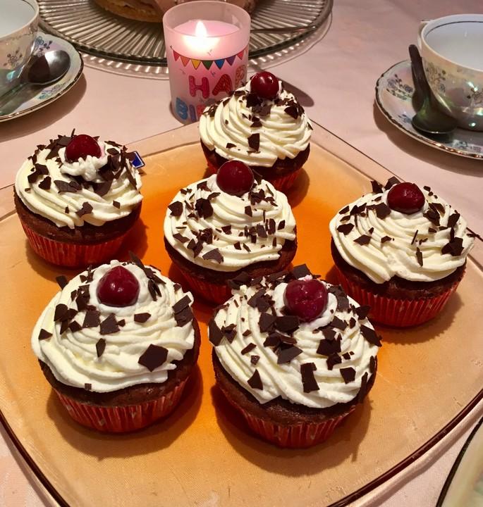 schwarzw lder kirsch cupcakes von bakingthelaw. Black Bedroom Furniture Sets. Home Design Ideas