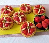 Erdbeertörtchen auf Biskuitboden