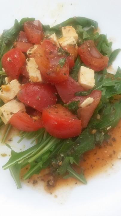 leichter rucola tomaten feta salat mit balsamico dressing von hanuschka82. Black Bedroom Furniture Sets. Home Design Ideas