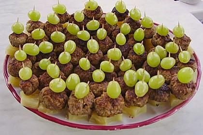 Frikadellenspießchen mit Ananas und Trauben 1