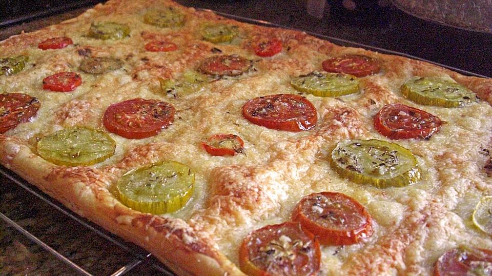 bl tterteig pizza mit tomaten von kleinformicula. Black Bedroom Furniture Sets. Home Design Ideas