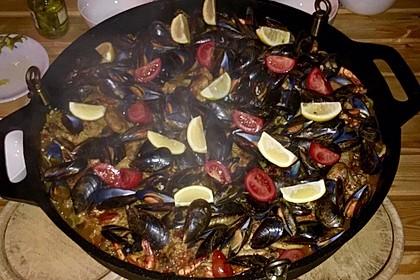 Meeresfrüchte - Paella auf dem Schwenkgrill über Holzkohle