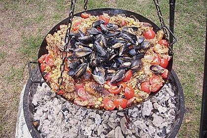 Meeresfrüchte - Paella auf dem Schwenkgrill über Holzkohle 1