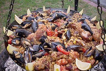 Meeresfrüchte - Paella auf dem Schwenkgrill über Holzkohle 3