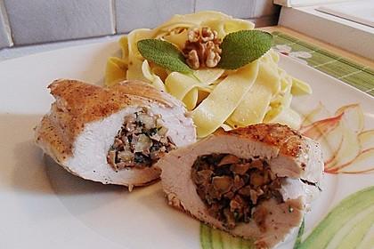 Gefüllte Hähnchenbrust mit Walnuss - Salbei - Nudeln