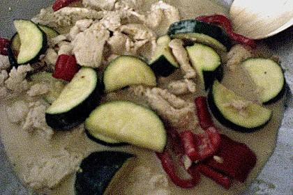 Hähnchen mit Zucchini und  Paprika in Erdnuss - Kokos - Sauce 13