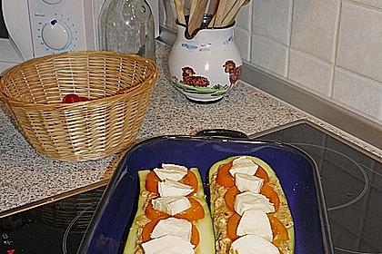 Zucchini mit einer Füllung aus Bratlingmasse