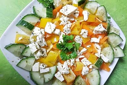 Griechischer Salat mit Gurken und Paprika
