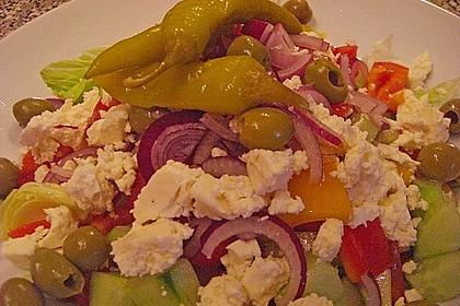 Griechischer Salat mit Gurken und Paprika 4