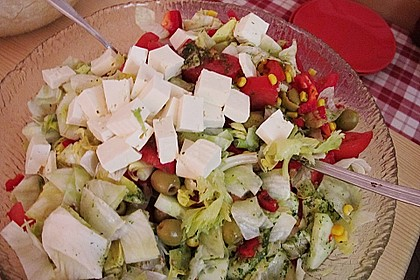Griechischer Salat mit Gurken und Paprika 6