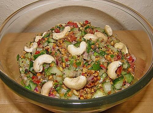 scharfer indischer salat mit gurken tomaten erdn ssen und chili rezept mit bild. Black Bedroom Furniture Sets. Home Design Ideas