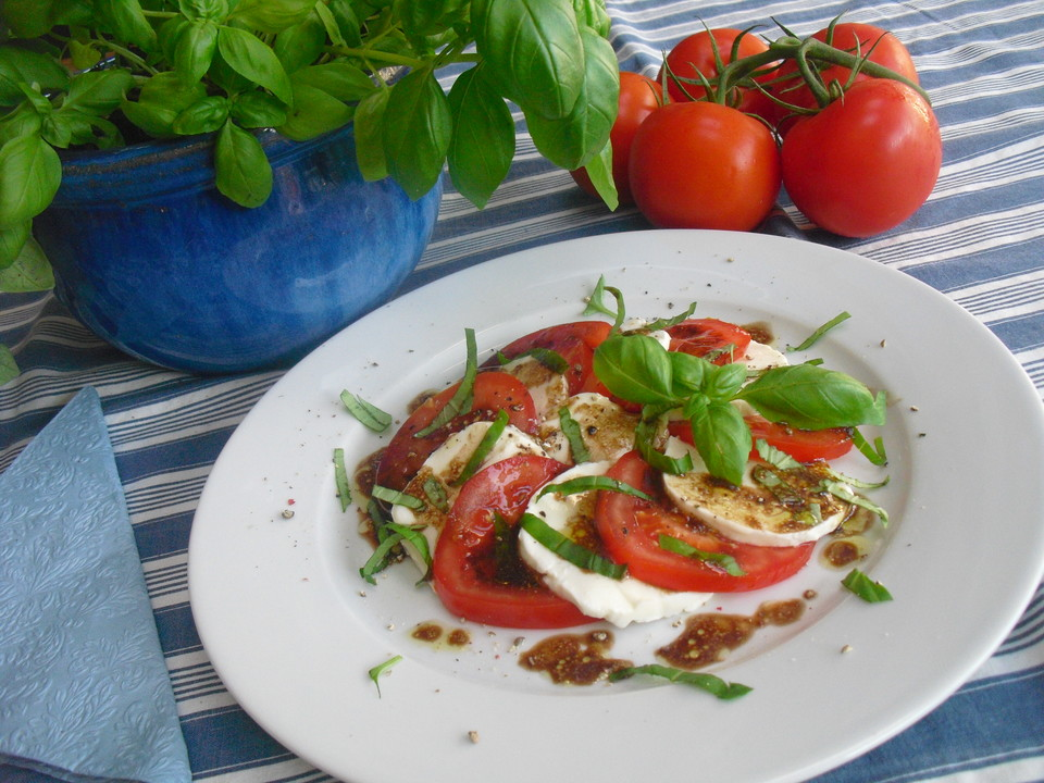 tomaten mozzarella salat mit balsamico dressing von. Black Bedroom Furniture Sets. Home Design Ideas