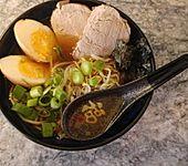 Japanische Nudelsuppe mit Hühnerbrühe und Lende (Ramen)
