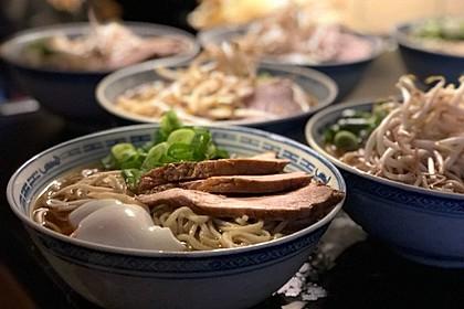 Japanische Nudelsuppe mit Hühnerbrühe und Lende (Ramen) 1