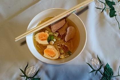 Japanische Nudelsuppe mit Hühnerbrühe und Lende (Ramen) 49