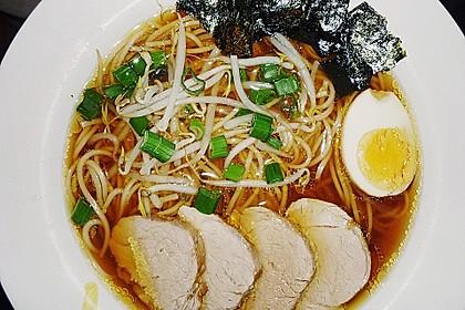 Japanische Nudelsuppe mit Hühnerbrühe und Lende (Ramen) 14