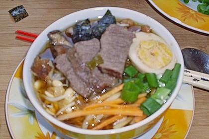 Japanische Nudelsuppe mit Hühnerbrühe und Lende (Ramen) 44
