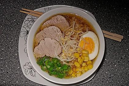 Japanische Nudelsuppe mit Hühnerbrühe und Lende (Ramen) 16