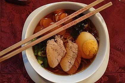 Japanische Nudelsuppe mit Hühnerbrühe und Lende (Ramen) 13