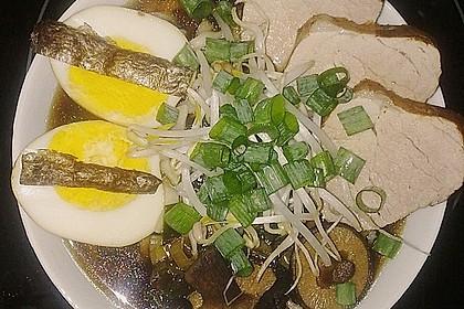 Japanische Nudelsuppe mit Hühnerbrühe und Lende (Ramen) 34