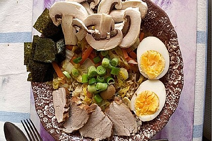 Japanische Nudelsuppe mit Hühnerbrühe und Lende (Ramen) 22