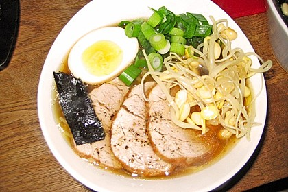 Japanische Nudelsuppe mit Hühnerbrühe und Lende (Ramen) 45