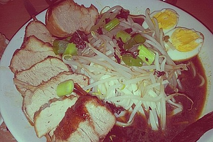 Japanische Nudelsuppe mit Hühnerbrühe und Lende (Ramen) 42