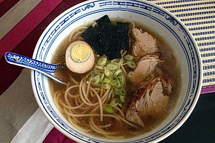 Japanische Nudelsuppe mit Hühnerbrühe und Lende (Ramen) 47