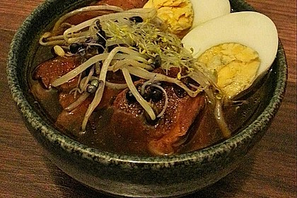 Japanische Nudelsuppe mit Hühnerbrühe und Lende (Ramen) 48