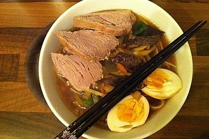 Japanische Nudelsuppe mit Hühnerbrühe und Lende (Ramen) 19