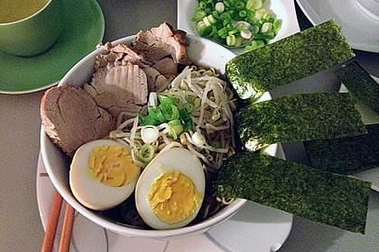 Japanische Nudelsuppe mit Hühnerbrühe und Lende (Ramen) 8