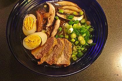 Japanische Nudelsuppe mit Hühnerbrühe und Lende (Ramen) 27