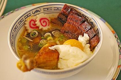 Japanische Nudelsuppe mit Hühnerbrühe und Lende (Ramen) 5