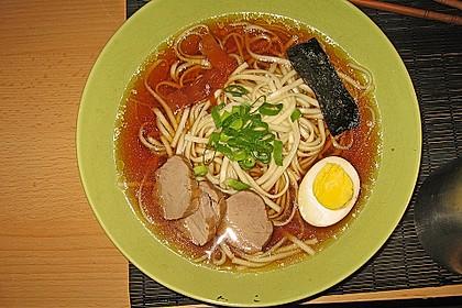 Japanische Nudelsuppe mit Hühnerbrühe und Lende (Ramen) 18
